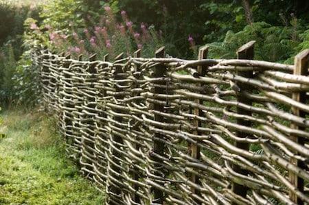 La clôture de jardin naturelle tressée